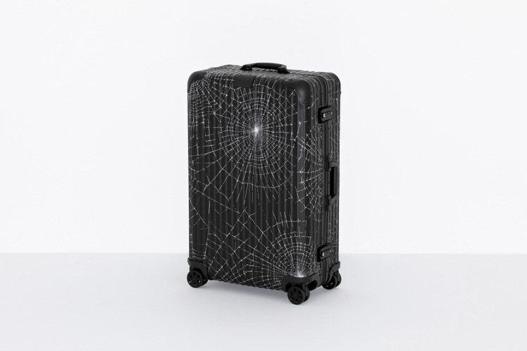 繼去年雙品牌首度合作後,RIMOWA與Supreme再次推出聯名系列31吋行李箱...