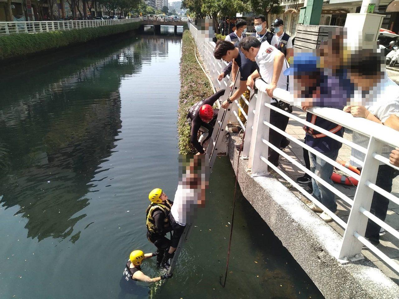 陳姓男子今天在高雄幸福川落水,消防隊下水將他救上岸。記者林保光/翻攝