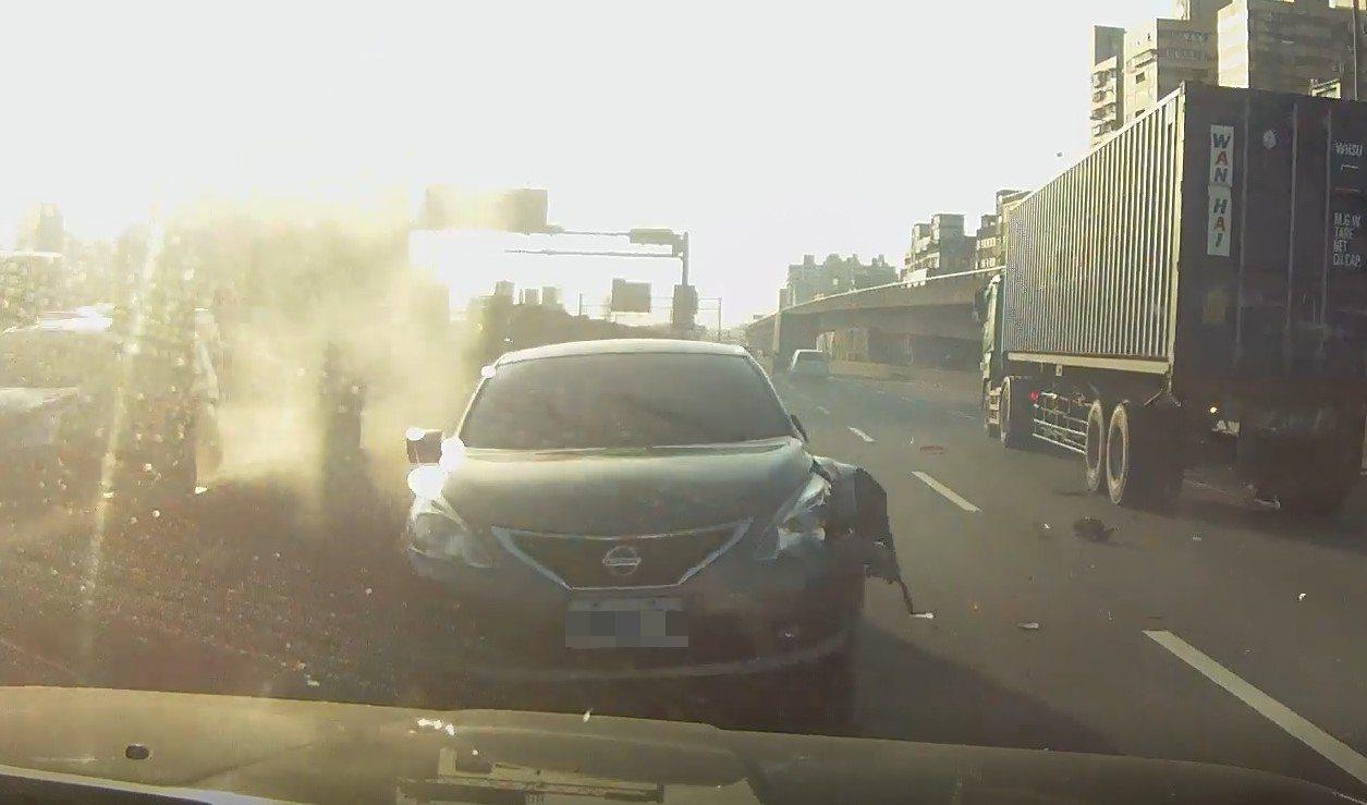 「ABS救命退死神」,國道小客車逆向噴來里長驚險停下保一命。圖/里長廖文雄提供