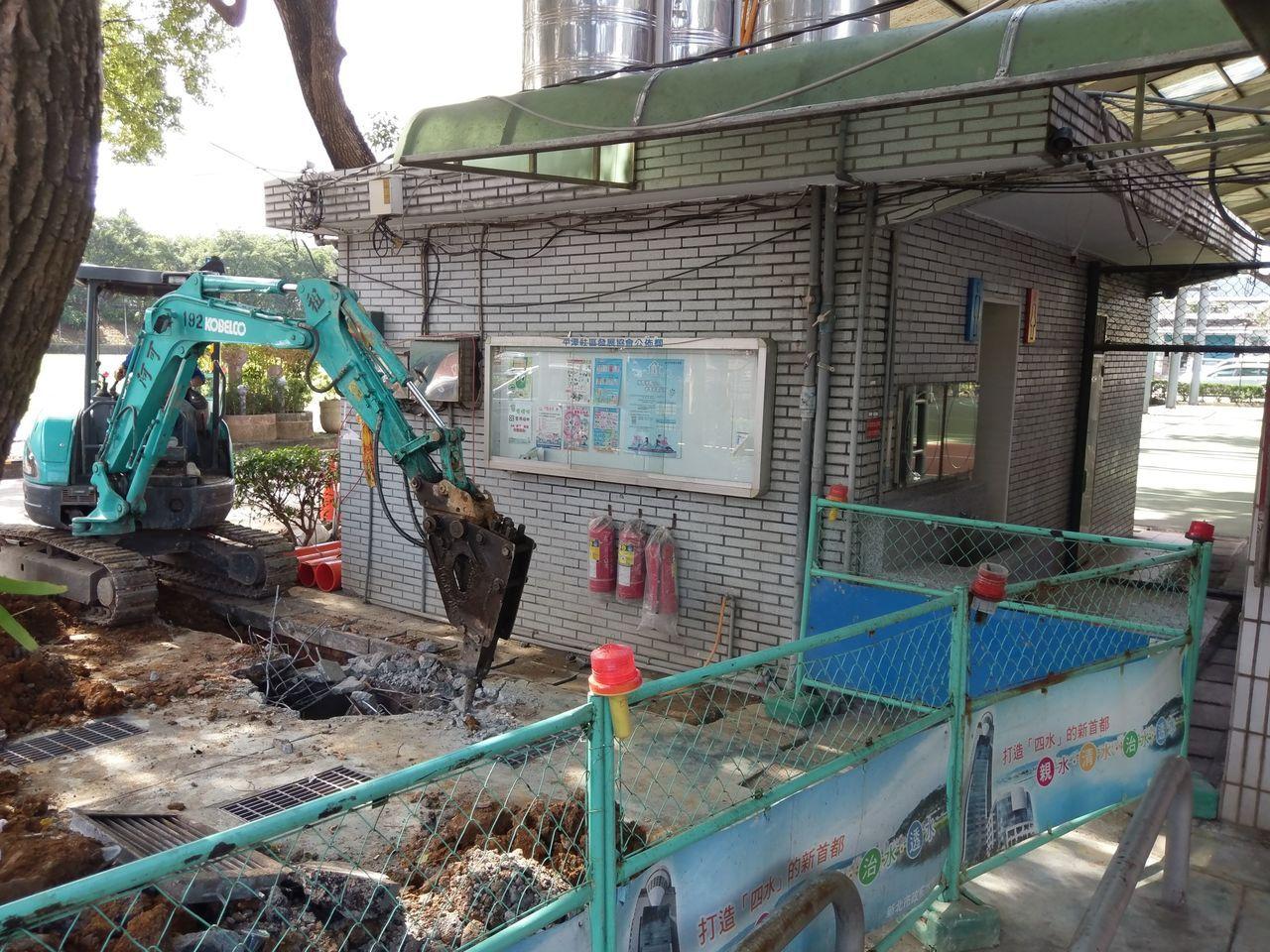 新店區太平運動公園進行化糞池打除作業。圖/新北市水利局提供