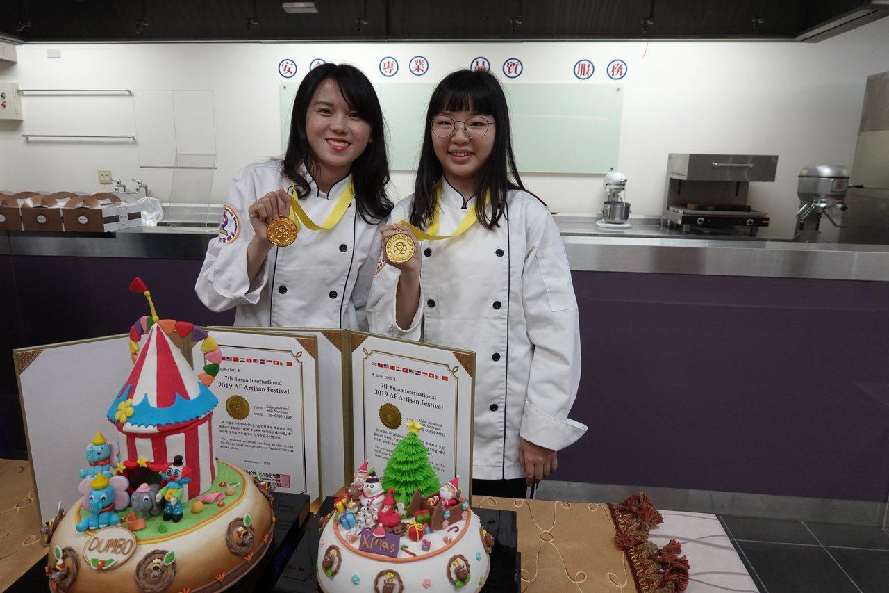 就讀吳鳳科大餐管系三年級的學生陳琦萱(左)以作品「小飛象」,及王姵貞(右)以作品...