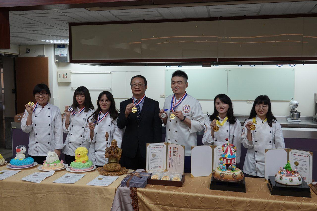 吳鳳科大學生及指導老師日前到韓國參加國際大賽,奪得5金3銀實屬不易。圖/吳鳳科大...