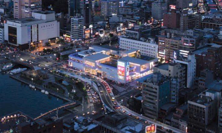 從黑黑暗暗到人潮聚集,基隆東岸廣場改造奪台灣建築獎首獎。圖/基隆市政府提供
