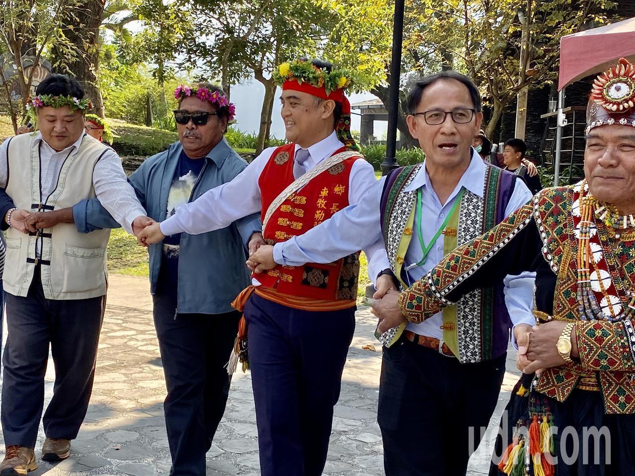 屏東縣三地門鄉,繼帛琉共和國參議員10月來訪後,恩切薩爾州長(左二)今天率旅遊局...