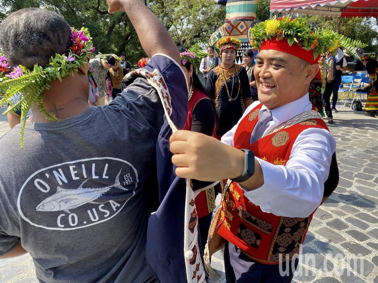 帛琉共和國參訪團成員,穿上族人所贈送的原住民服飾。記者江國豪/攝影