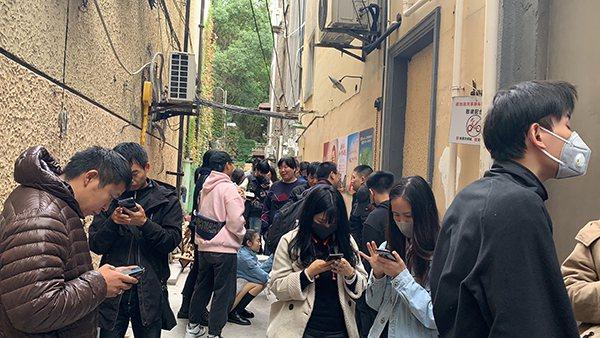 歌手林俊杰的咖啡店在上海市長樂路開業,人龍從店門口排到隔壁街口。澎湃新聞