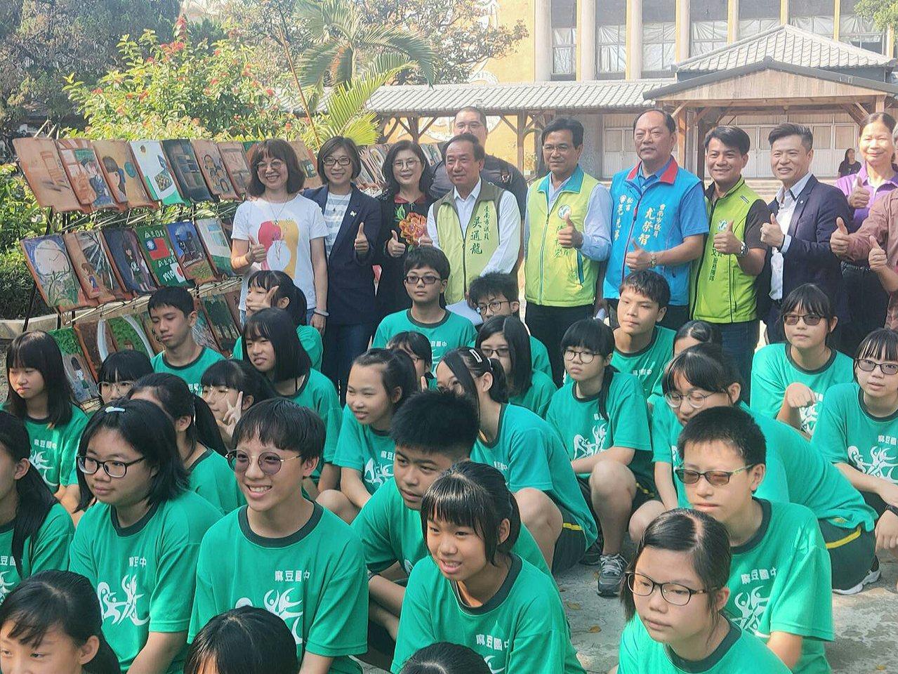 總爺藝文中心請來藝術家與麻豆國中師生合作彩繪。記者周宗禎/攝影
