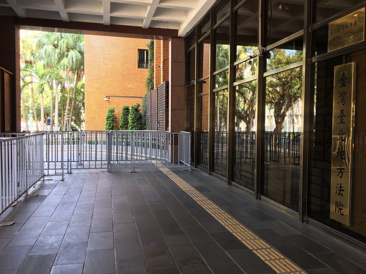 退休警察將集結台北地方法院抗議太陽花國賠案,法院昨晚已圍起鐵欄杆做準備。記者林孟...