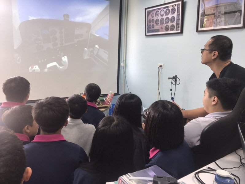 二信高中創新課程,有無人機、飛行微課程,可飛行模擬,學生搶報名。圖/二信高中提供