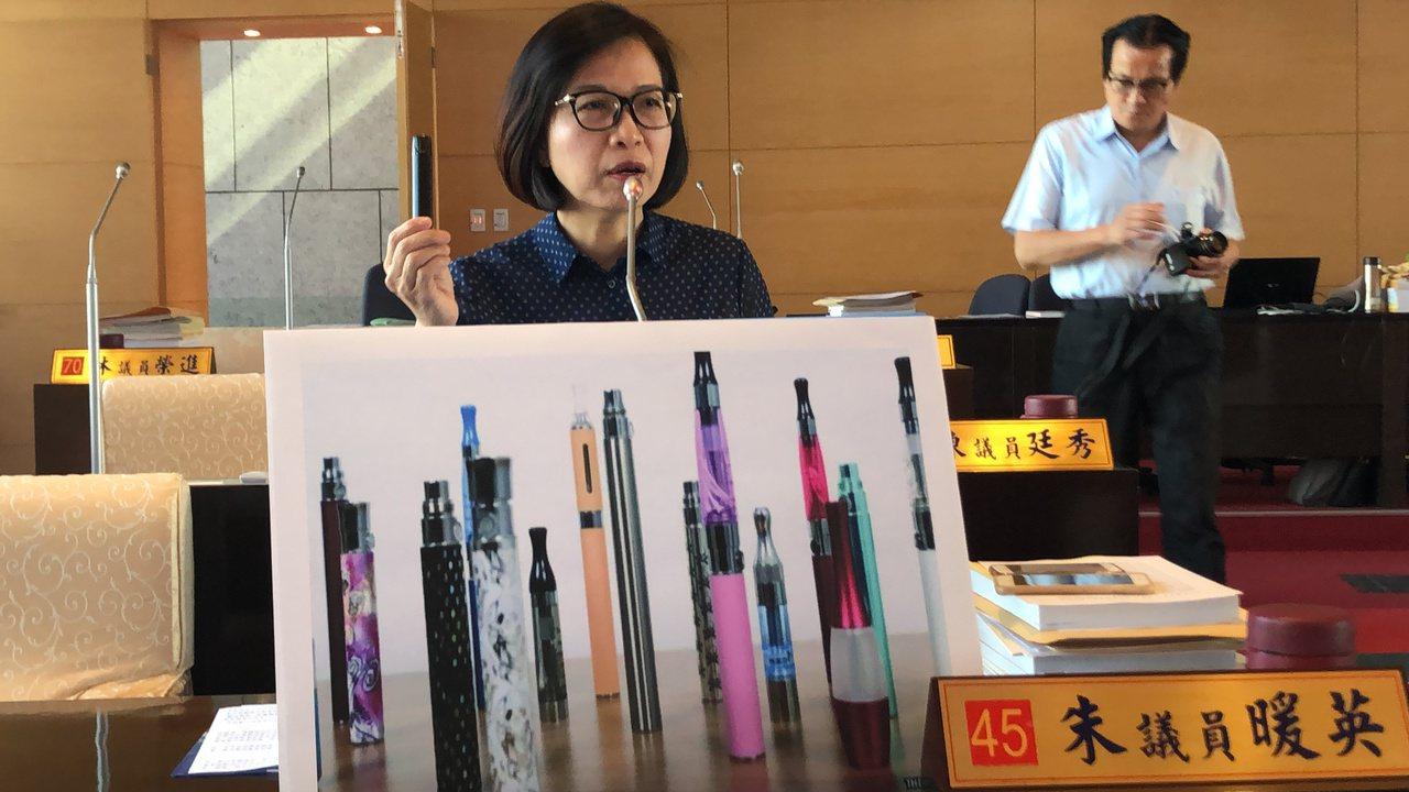 台中市議員朱暖英要求教育局正視電子煙帶給學生的危害。記者陳秋雲/攝影