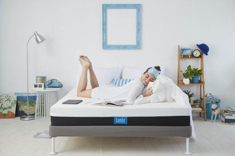 親身試躺是挑選床墊的重點步驟。圖/Lunio樂誼臥提供