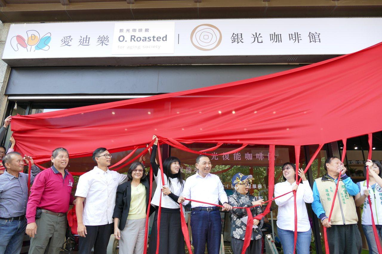 林口銀光咖啡館今天開幕,這也是新北市第3間長照創新服務據點,新北市長侯友宜與新北...