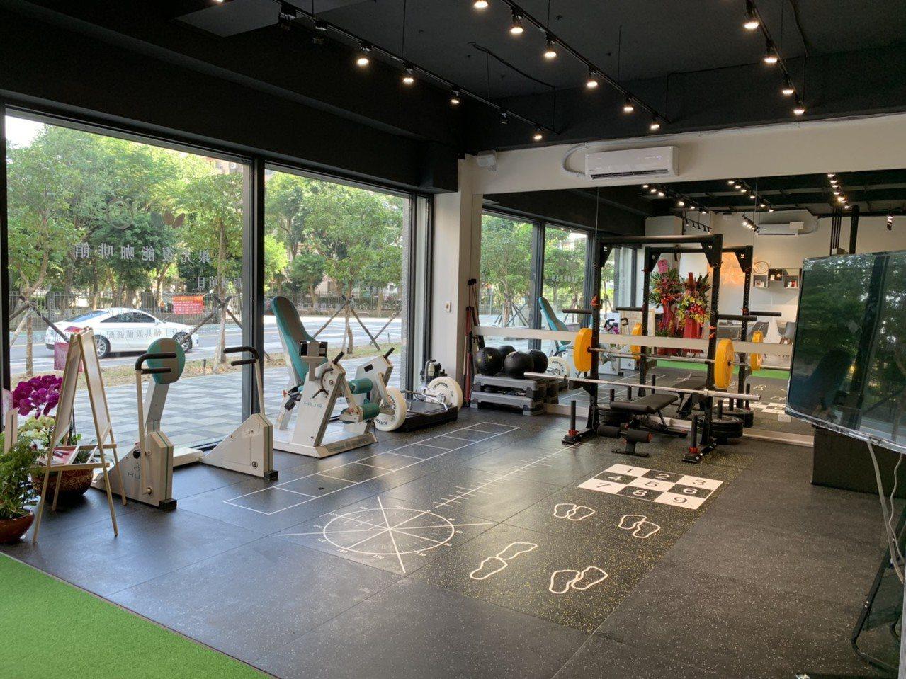 林口銀光咖啡館今天開幕,這也是新北市第3間長照創新服務據點,同時具復健、健身及閱...