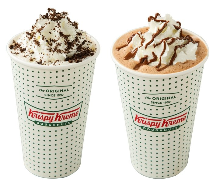 英式太妃糖拿鐵(左)、榛果巧克力拿鐵(右)售價130元。圖/Krispy Kre...
