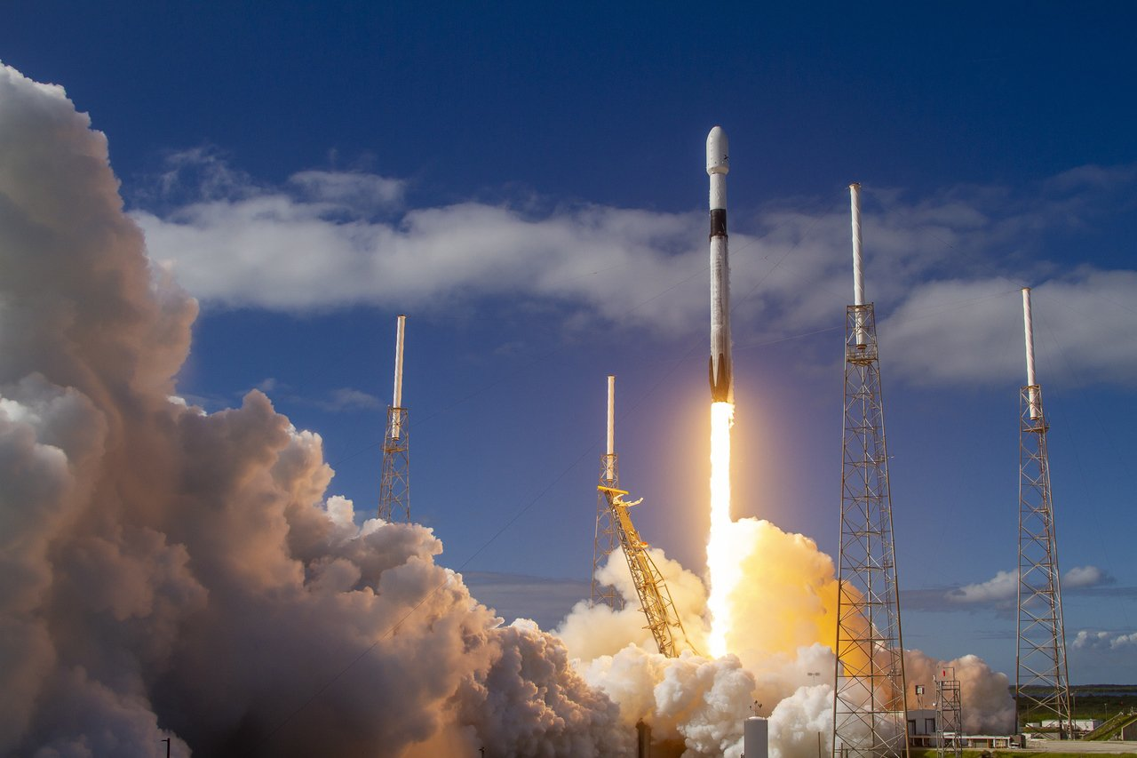 太空探索科技公司(SpaceX)11日用獵鷹火箭(Falcon)一次把60枚衛星...