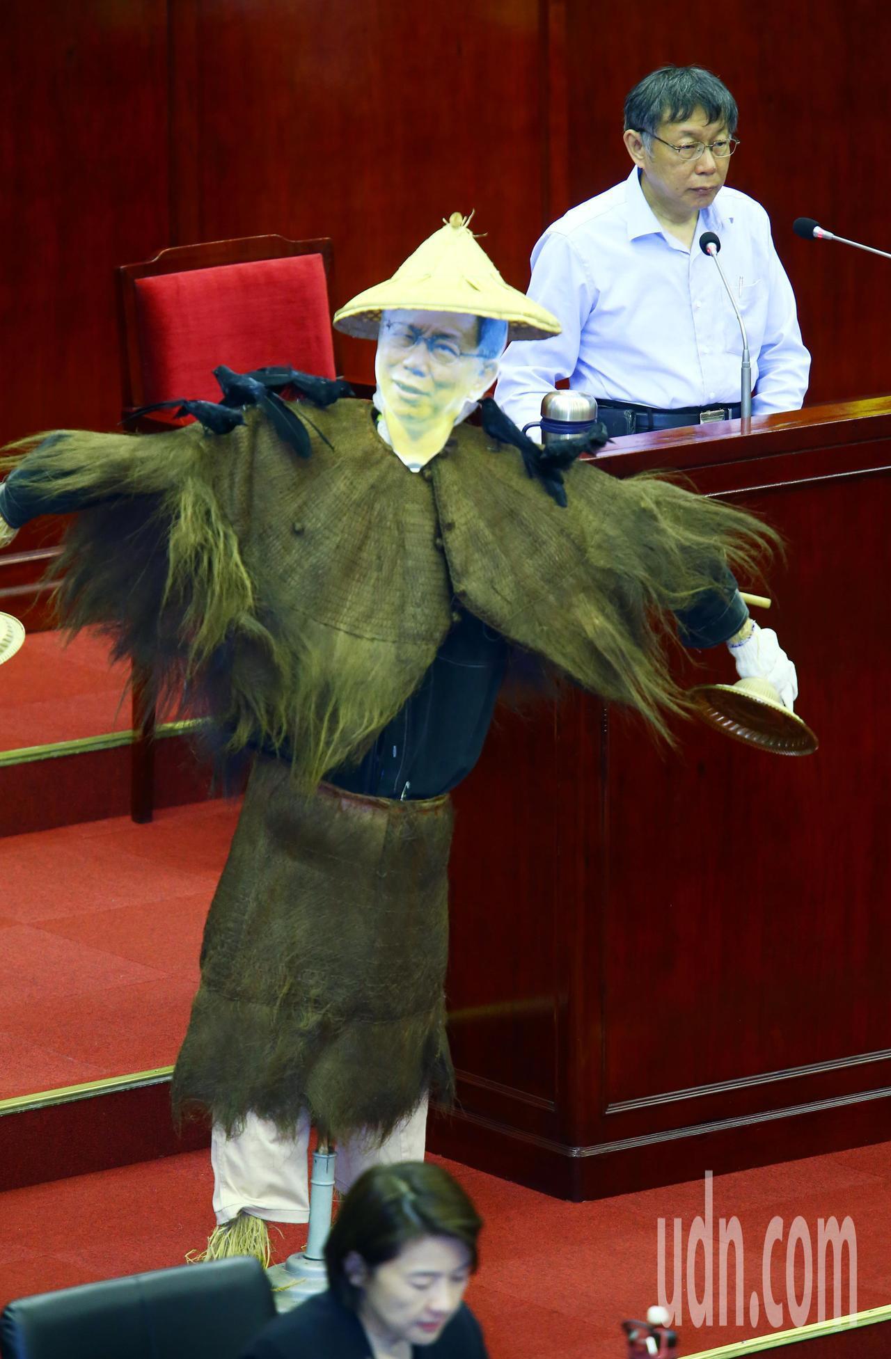 台北市議會今天進行最後一次市政總質詢,民進黨台北市議員王世堅質詢時在市長備詢台前...