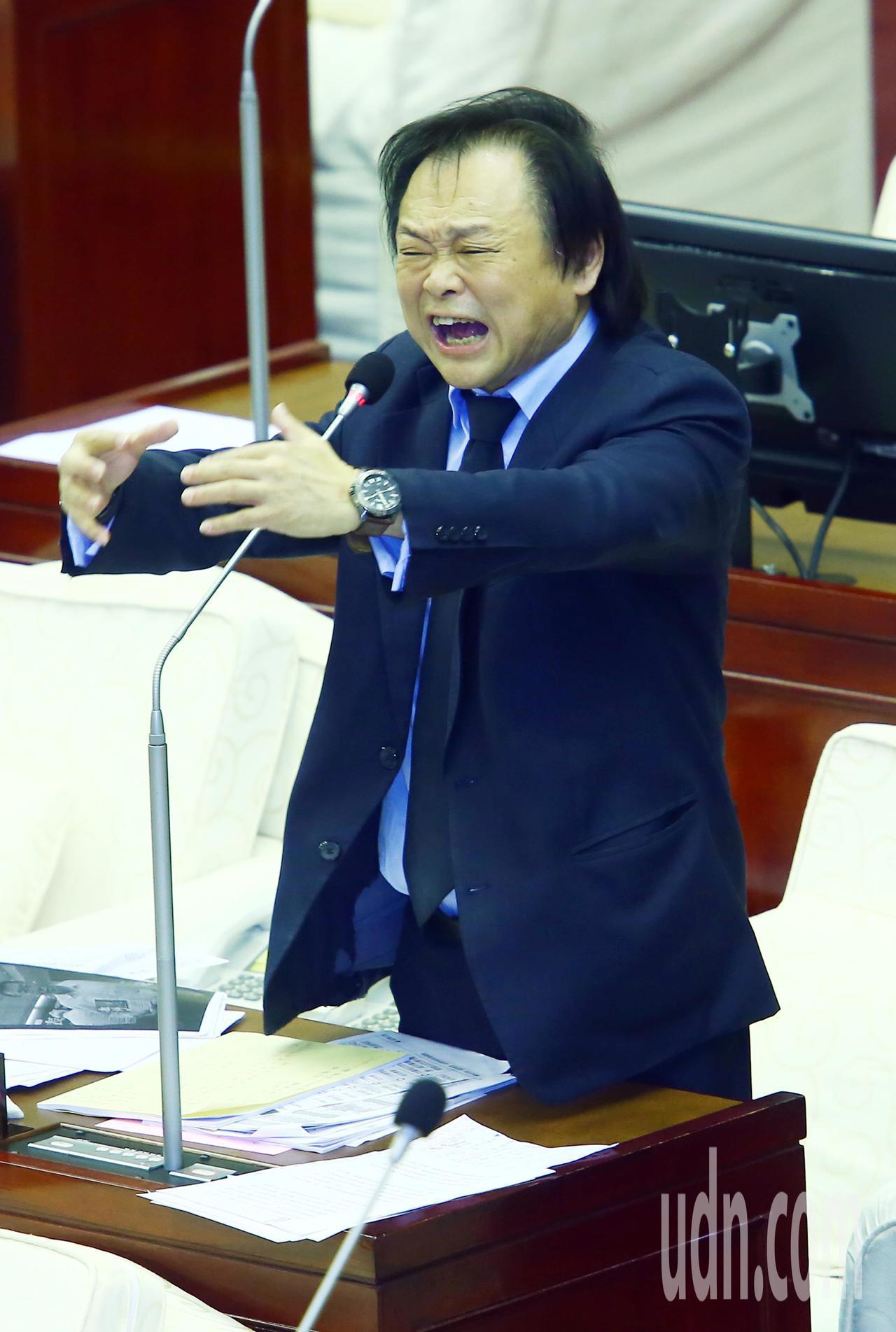 民進黨台北市議員王世堅今天在市政總質詢時爆料,指台北市長柯文哲自己任內也有「新五...