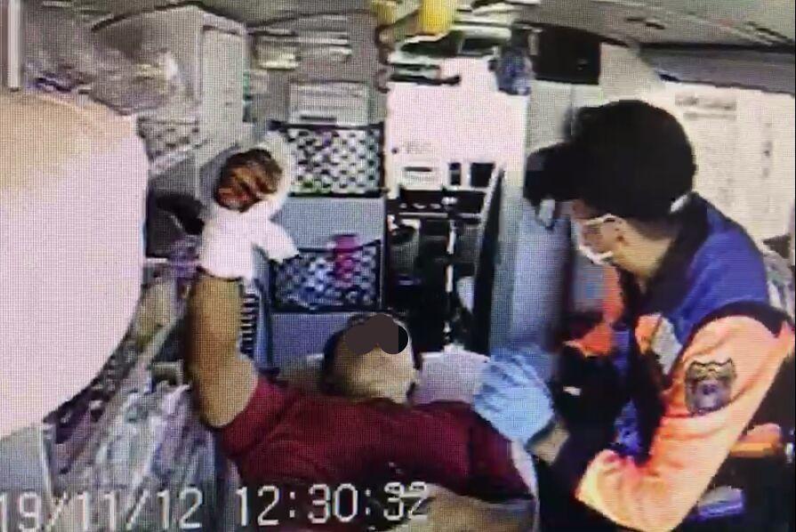 疑操作無人機不慎,男子右手韌帶遭螺旋槳葉片割斷,消防救護車送醫。圖/翻攝畫面