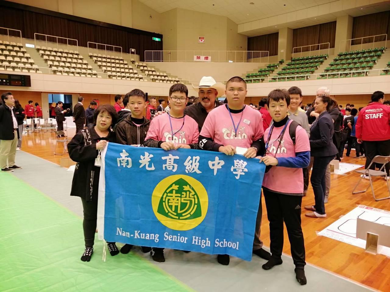 組隊赴日參加RoboRAVE機器人大賽,南光中學摘下第二名殊榮。圖/學校提供
