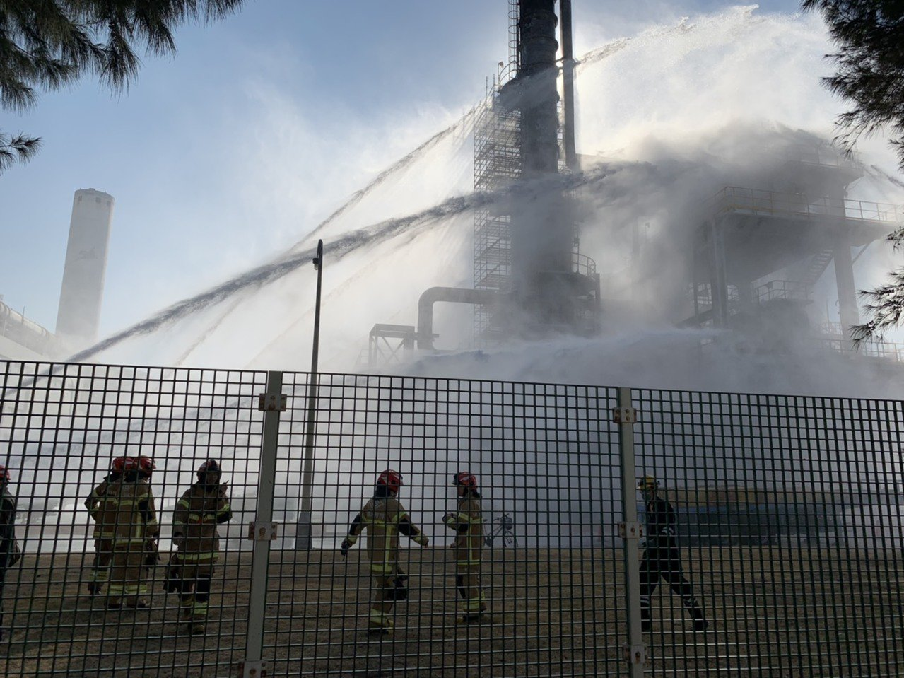 六輕煉油一廠下午突冒煙,消防隊出動強力水柱搶救,很快將冒煙控制下來,有驚無險。圖...