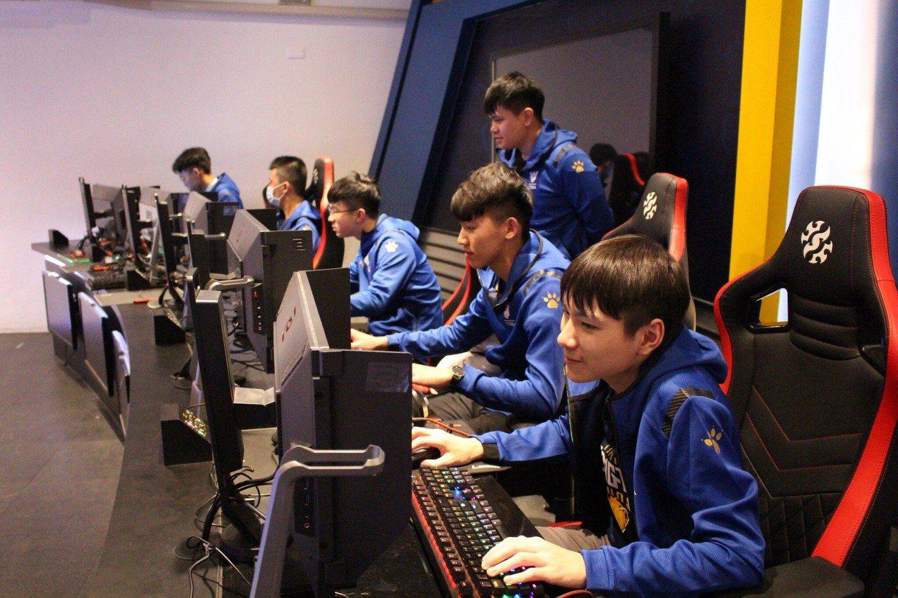 新竹縣東泰高中電競隊拿下LSC全國高中電競聯賽的冠軍,獲選為中華民國國家代表隊,...