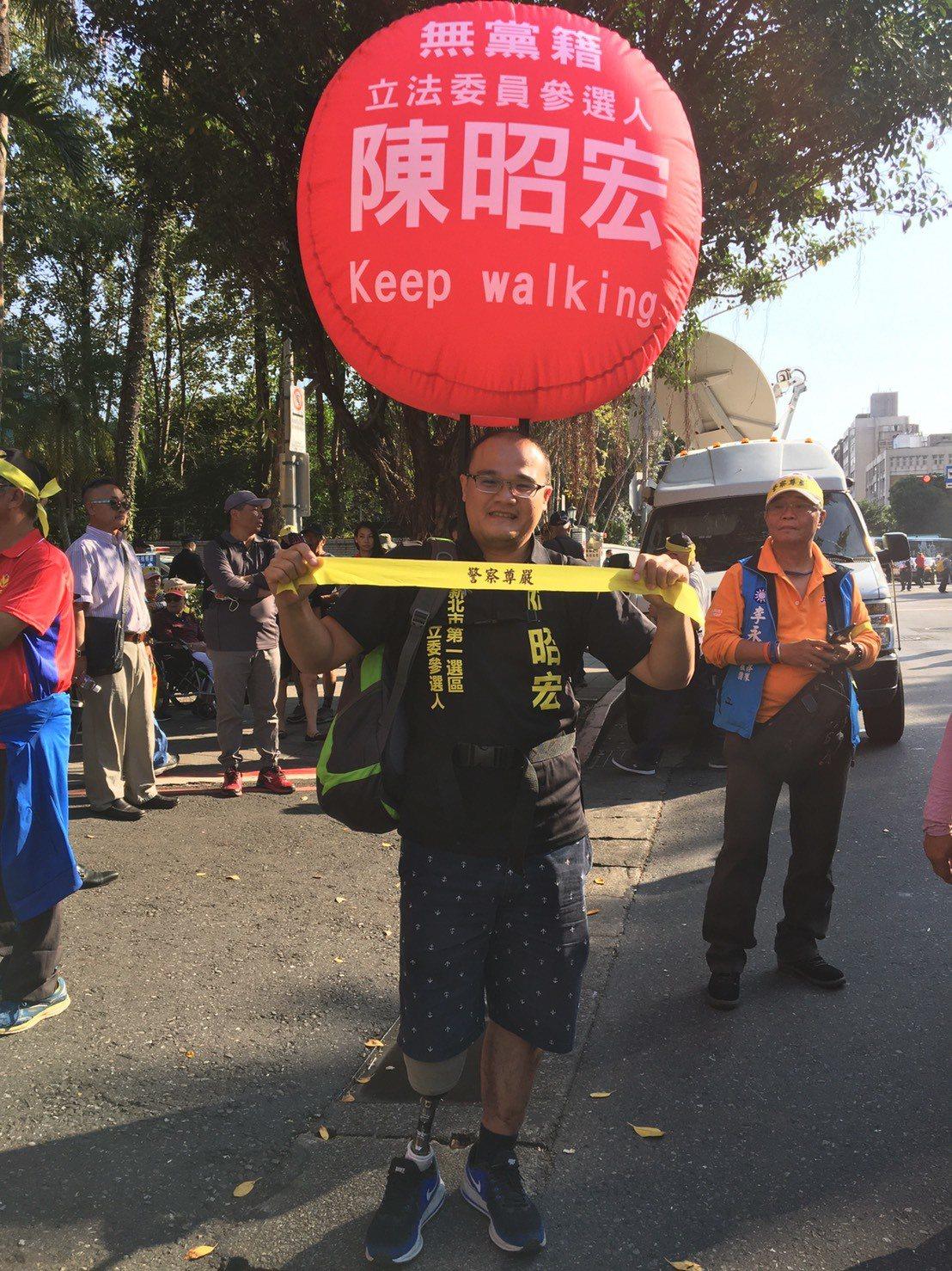 車禍截肢的警員陳昭宏今天到台北地方法院,表達對太陽花國賠案的不滿。記者林孟潔/攝...