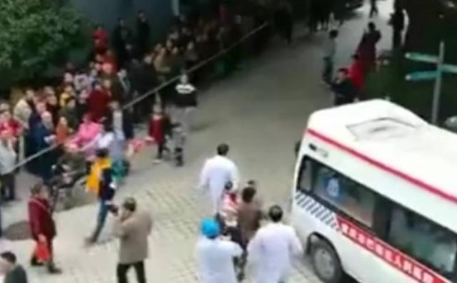 雲南東城幼兒園遭代突闖入潑強鹼,總計54人灼傷。取自自媒體懵奇奇閒談