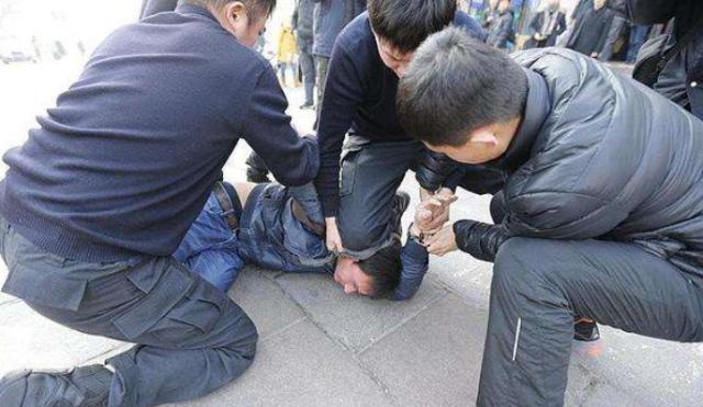 雲南東城幼兒園遭代突闖入潑強鹼,總計54人灼傷,事發當天下午已在校園後山將嫌疑人...