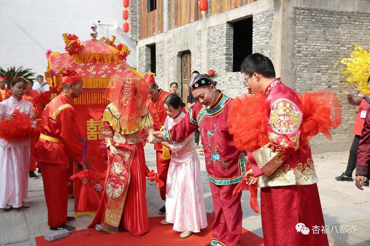 八都岕老街古戲台,還舉行「相愛相守」傳統婚禮。圖/小浦鎮旅遊官微公眾號「杏福八都...