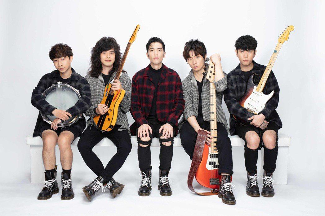 「獅子LION」成員陳珩(左起)、力Q、蕭敬騰、Fumi、小強。圖/華納提供