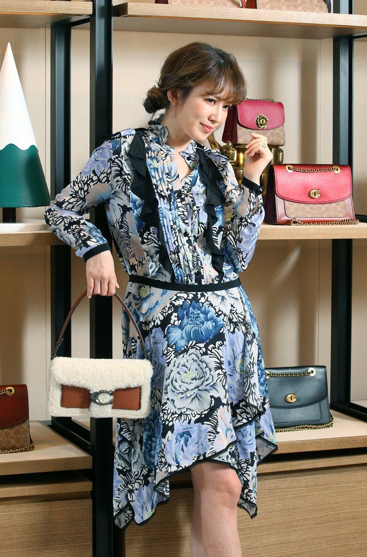 Melody演繹低腰線、剪裁別緻的Kaffe Fassett印花抓褶設計連身裙28,800元,配襯Tabby單肩手袋25,800元。記者林澔一/攝影