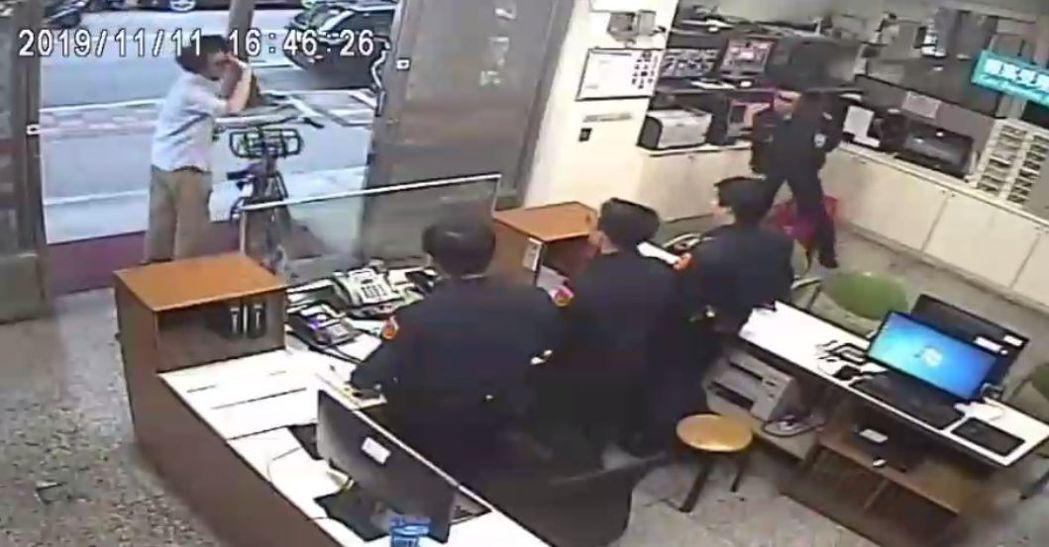 藝人馬念先的腳踏車在台北市住家旁失竊,警方調閱監視器,尋獲該車發還。記者李奕昕/...