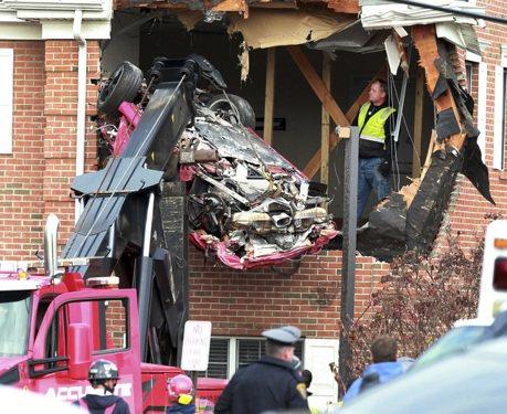 影/玩命關頭?保時捷飛車撞二樓 兩男當場死亡!