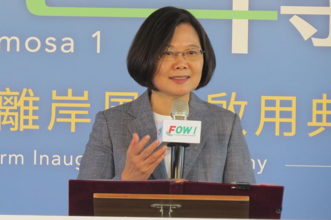 台灣第一座離岸風場海洋風電今天商業運轉,蔡英文總統宣示進一步擴大綠能目標。記者范...