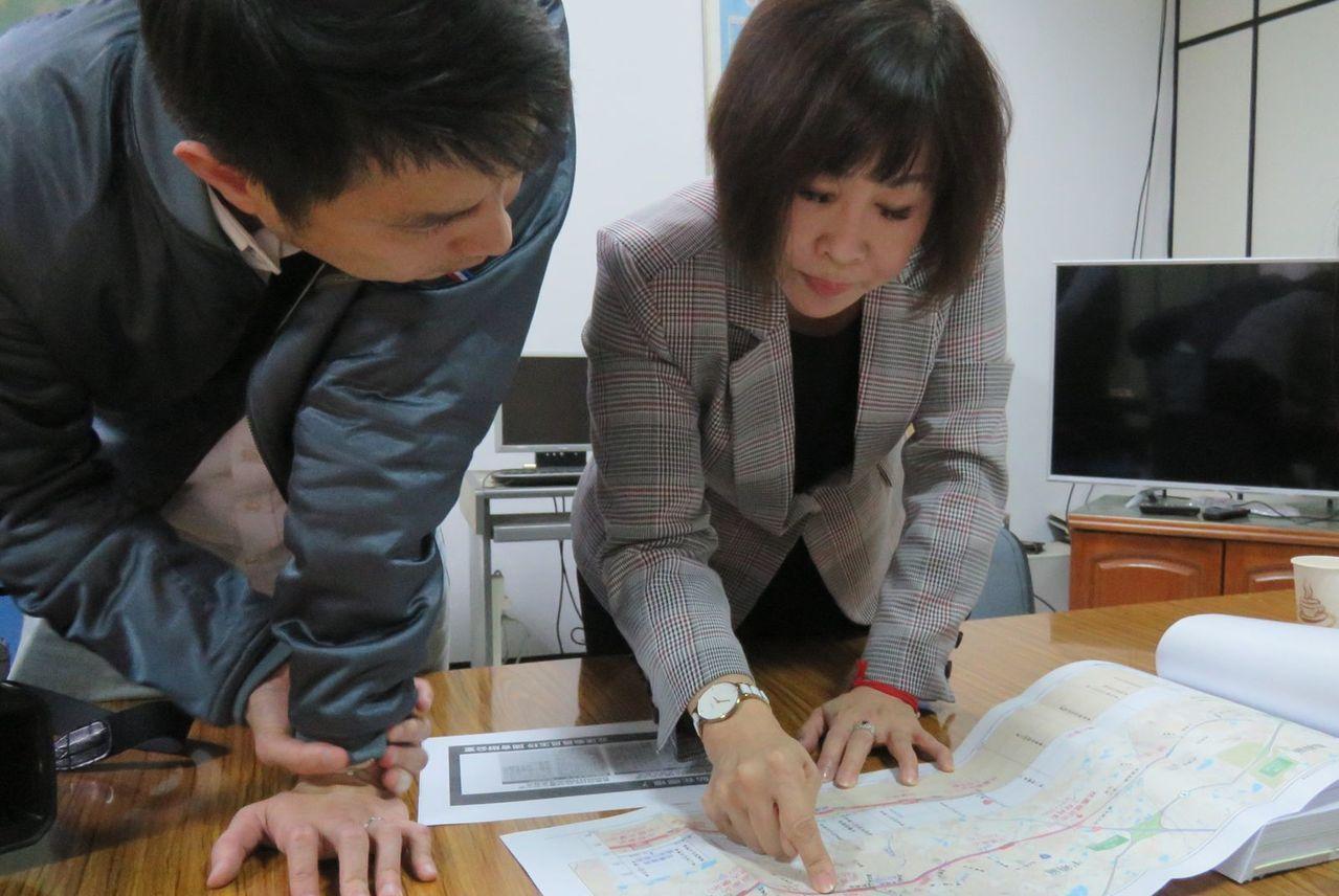 立委呂玉玲(右)認為,鐵路地下化平鎮站原計畫在東周鋼鐵廠後設站,但今年卻突然北移...