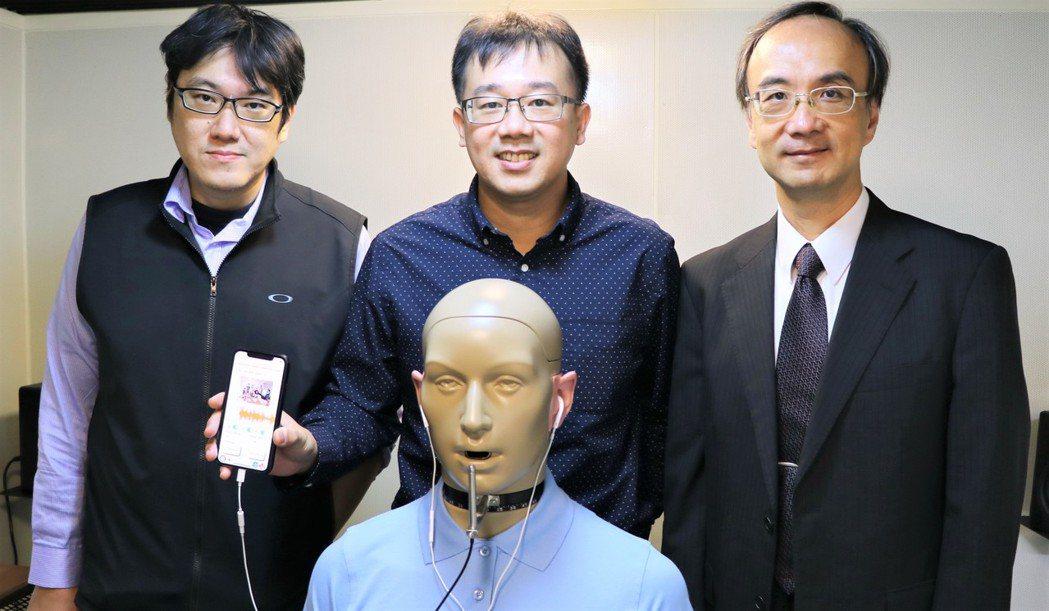 賴穎暉(中)研究團隊研發人工電子耳降噪系統。圖/陽明大學提供