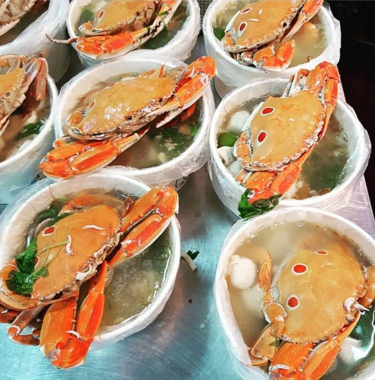 「鴻海產粥」螃蟹日「買粥送螃蟹」,被網友大讚CP值超高。圖/IG ericwu6...