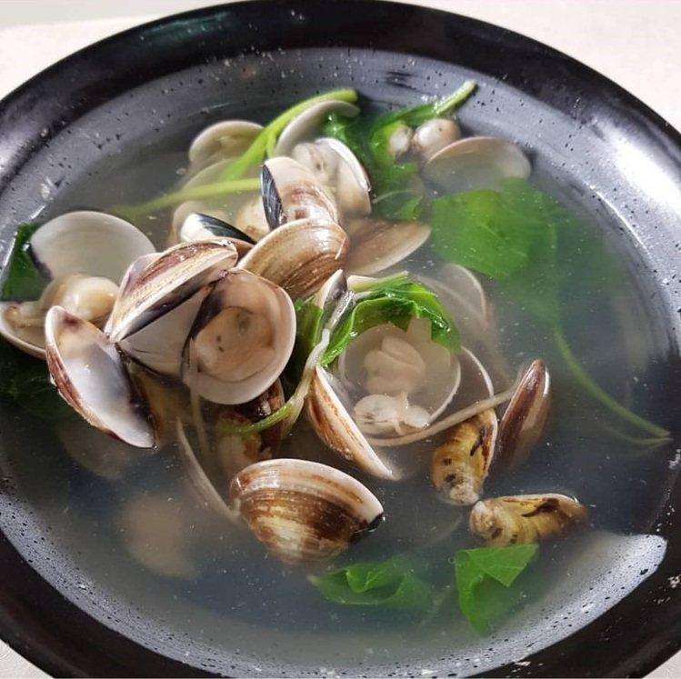 「鴻海產粥」的蛤蜊湯鮮甜好喝。圖/IG ericwu650328 提供