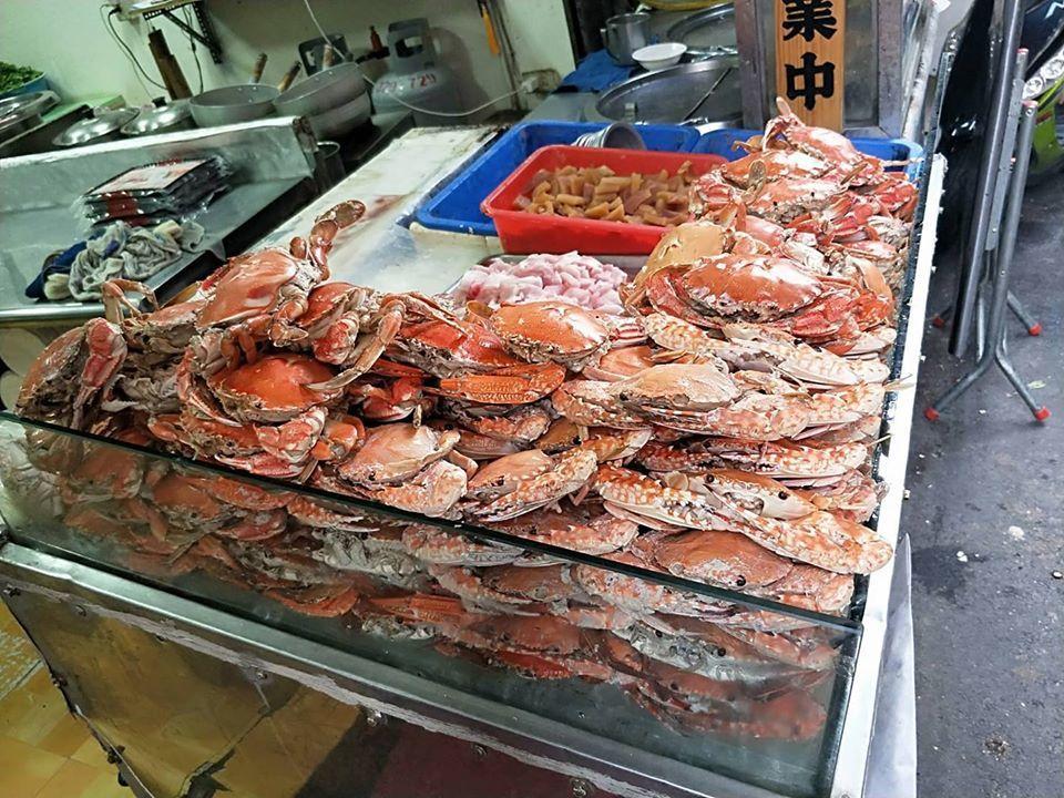 「鴻海產粥」螃蟹日堆滿海鮮。圖/鴻海產粥 提供