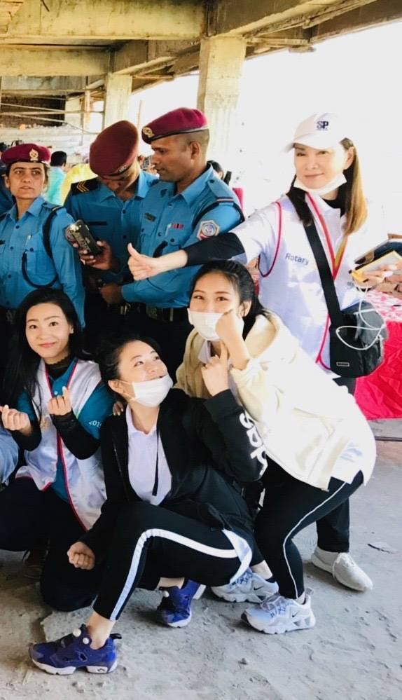 張瓊姿(右)和閨密Cherry sung(左前)及女兒郭思瑜(左二)一起前往尼泊...
