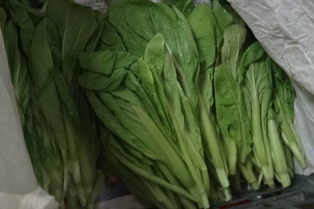 北市衛生局今天公布抽驗各通路90件生鮮蔬果殘留農藥結果,共8件不符合規定,其中1...