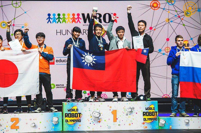 台南德光中學團隊在今年國際奧林匹亞機器人世界賽拿下冠軍。圖/校方提供