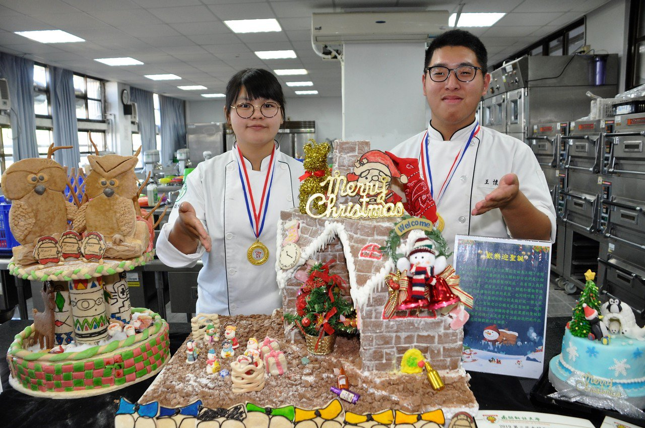 李佳家同學(左)、王懷慶同學(右)的薑餅屋作品榮獲銀牌獎。記者凌筠婷/攝影