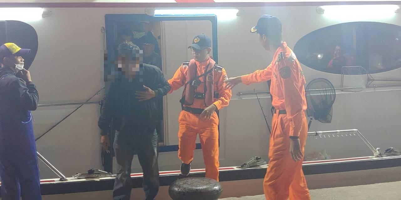 海釣船出海心絞痛、被漁船起網機捲入,海巡1夜救援2人。記者游明煌/翻攝