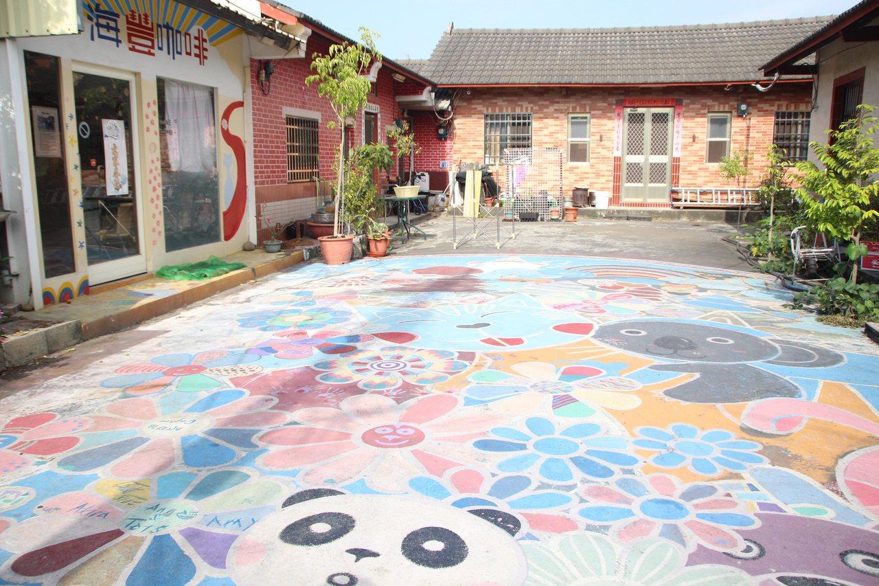 田尾海豐崙彩繪村巷弄內仍保留原創的彩繪。記者林敬家/攝影