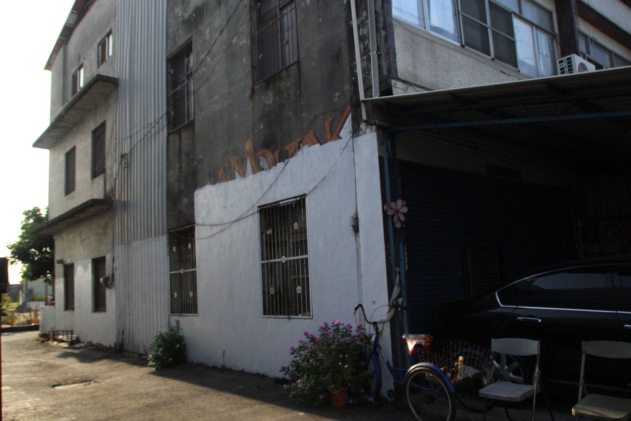 田尾海豐崙彩繪村過去有圖畫侵權問題,彩繪村計畫推手吳奇偉將牆面塗白。記者林敬家/...