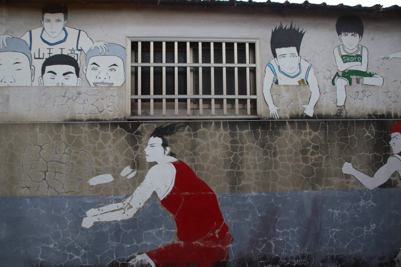 田尾海豐崙彩繪村過去灌籃高手的彩繪圖如今斑駁。記者林敬家/攝影