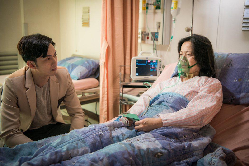 張雁名(左)與謝瓊煖拍攝醫院戲,總是勾起最痛回憶。圖/客家台提供