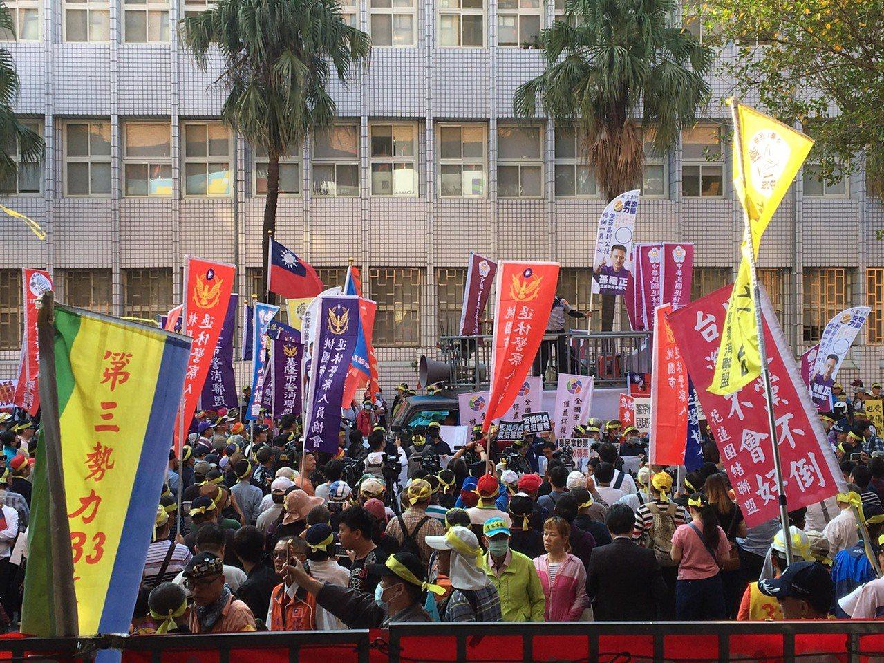 退警協會今天號召群眾集結台北地院抗議。記者林孟潔/攝影