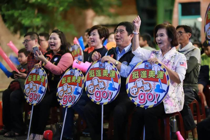 世界棒球12強中韓大戰開打,縣長林姿妙(前排右)帶著大家一起為爽吃泡菜,為中華隊加油。 圖/教育處提供